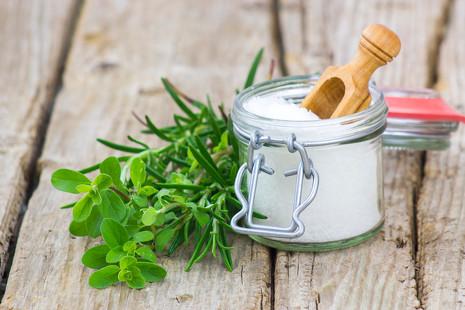 Menos sodio y más sabor: cinco sustitutos naturales para la sal