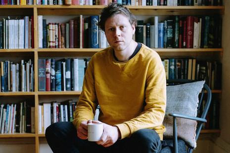 Cuervos, libros, botellas e iglesias: el mundo mágico del escritor Max Porter