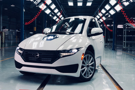 Tres ruedas y 15.000 euros: la alternativa canadiense a Tesla